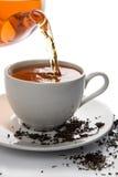 Chá que derrama no copo branco isolado fotos de stock royalty free