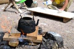 Chá que fabrica cerveja com o potenciômetro na região selvagem, deserto do Negev do chá dos beduínos, Israel imagens de stock