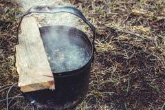 Chá que fabrica cerveja em um acampamento imagens de stock royalty free