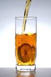 Chá que flui ao vidro Foto de Stock Royalty Free