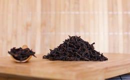 Chá quebradiço preto em uma bandeja de madeira imagens de stock