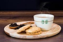 Chá quente com cookies imagens de stock royalty free
