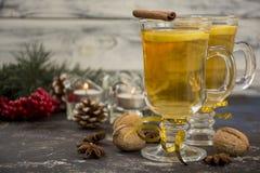 Chá quente com limão e canela Imagens de Stock