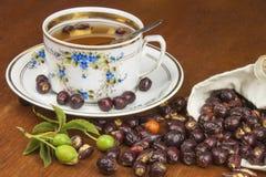 Chá quente com limão e seta vermelha na tabela Tratamento home para frios e gripe Fotos de Stock Royalty Free