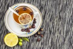 Chá quente com limão e seta vermelha na tabela Tratamento home para frios e gripe Imagens de Stock