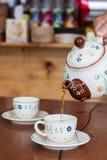 Chá quente de derramamento fotos de stock