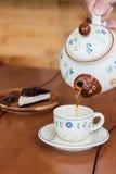 Chá quente de derramamento foto de stock royalty free
