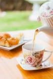 Chá quente de derramamento imagem de stock royalty free