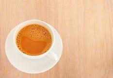 Chá quente do leite em um copo branco foto de stock