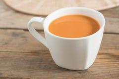 Chá quente do leite em um copo branco Foco seletivo imagem de stock royalty free