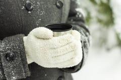 Chá quente em um thermocup exterior no inverno Fotos de Stock
