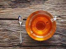 Chá quente em um vidro em uma tabela de madeira imagens de stock