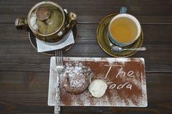 Chá quente na chaleira e em uma sobremesa deliciosa Fotografia de Stock