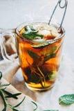 Chá quente preto com limão e gengibre no linho Fotografia de Stock Royalty Free