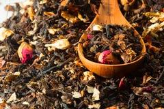 Chá seco em colheres de madeira Foto de Stock Royalty Free