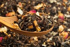 Chá seco em colheres de madeira Imagens de Stock