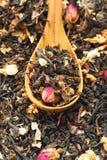 Chá seco em colheres de madeira Fotografia de Stock Royalty Free