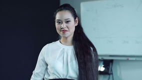 Chá sorvendo da mulher asiática na sala de conferências video estoque