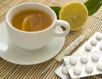 Chá, termômetro e comprimidos Foto de Stock Royalty Free