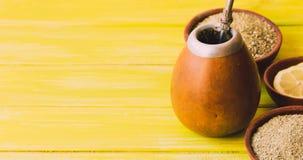 Chá tradicional do companheiro de Yerba no foco seletivo da América Latina Imagens de Stock Royalty Free