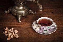 Chá tradicional do russo Samovar, bagels e maçãs secadas Imagens de Stock Royalty Free
