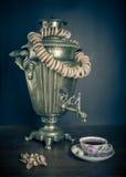Chá tradicional do russo Samovar, bagels e maçãs secadas Fotografia de Stock Royalty Free
