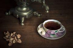 Chá tradicional do russo Samovar, bagels e maçãs secadas Imagem de Stock