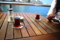 Chá turco com o copo de vidro autêntico Foto de Stock