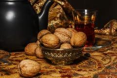 Chá turco no vidro tradicional em um close-up de madeira da tabela Foto de Stock