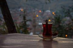 Chá turco preto bebendo na noite Fotografia de Stock