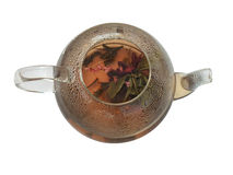 Chá verde com as flores no bule de vidro imagem de stock