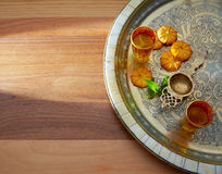 Chá verde com estilo marroquino da hortelã na bandeja de prata Imagem de Stock