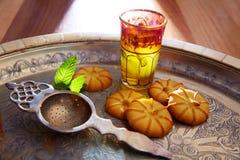 Chá verde com estilo marroquino da hortelã na bandeja de prata Foto de Stock