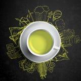 Chá verde com garatujas da ecologia do círculo Elementos esboçados do eco com o copo do chá verde, ilustração do vetor Fotografia de Stock Royalty Free
