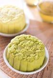 Chá verde da pele nevado com o mooncake da pasta do feijão vermelho Imagem de Stock Royalty Free