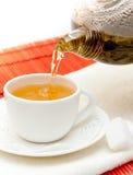Chá verde de derramamento Fotos de Stock Royalty Free