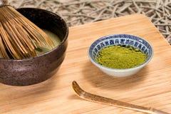 Chá verde de Matcha em uma bacia Fotos de Stock