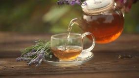 chá verde delicioso na bacia de vidro bonita na tabela vídeos de arquivo