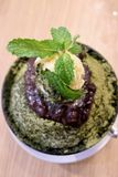 Chá verde do close up e feijão vermelho Bingsu na tabela de madeira fotos de stock