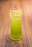 Chá verde do gelo na madeira Foto de Stock Royalty Free