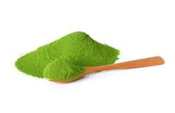 Chá verde do pó com colher de bambu foto de stock