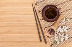 Chá verde e ramo japoneses de sakura Fotos de Stock Royalty Free
