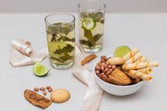 Chá verde em um vidro com cal Fotos de Stock Royalty Free