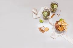 Chá verde em um vidro com cal Fotos de Stock
