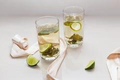 Chá verde em um vidro com cal Fotografia de Stock Royalty Free