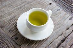 Chá verde quente na tabela de madeira Fotos de Stock
