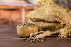 Chá verde seco com carro fotos de stock royalty free