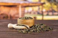 Chá verde seco com carro fotografia de stock royalty free