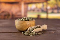 Chá verde seco com carro foto de stock