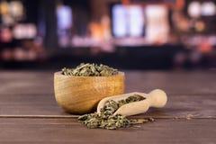 Chá verde seco com restaurante imagens de stock